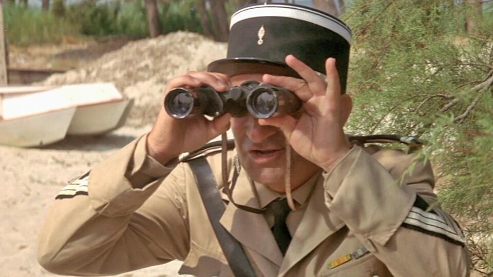 Герой фильма «Жандарм из Сен-Тропе» (1964) Крюшо в исполнении Луи де Фюнеса выслеживает нудистов на пляжах курорта