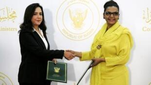La ministre des finances par intérim du Soudan, Heba Mohammed Ali, avec Mai Abdelhalim, de General Electric, le 15 octobre 2020.