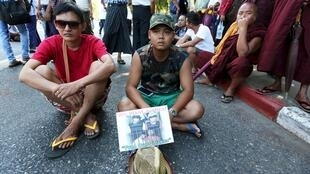 Dân Miến Điện biểu tình trước sứ quán Thái Lan đòi công lý cho Zaw Lin và Win Zaw Tun