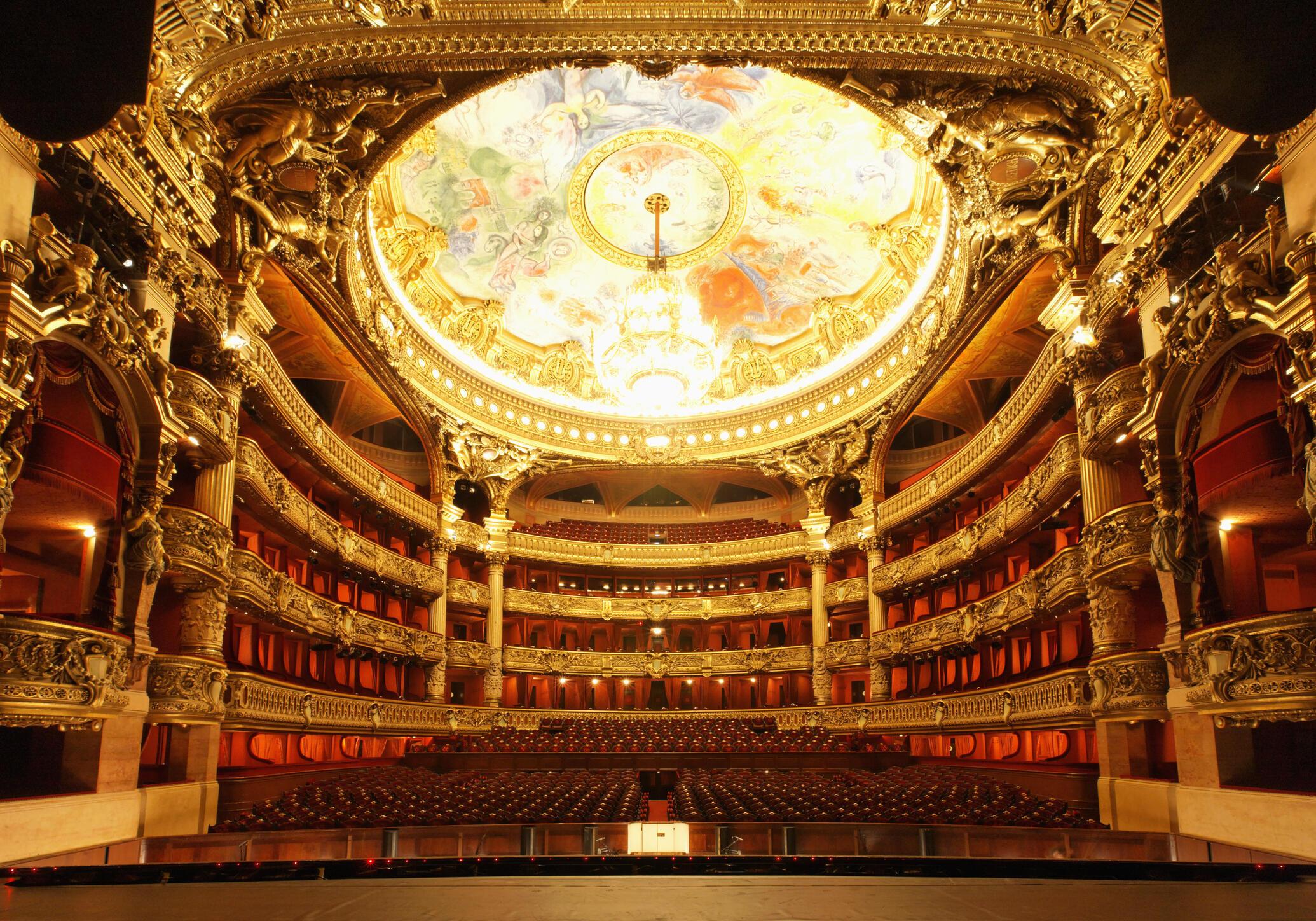 藝術家夏卡爾於1965年完成對繪製音樂廳的天花板 呈現歡快靚麗場景 帶給歌劇院加入新的元素