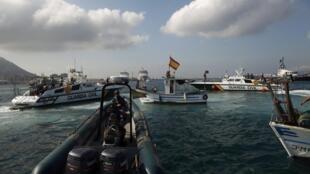 Les bateaux de la garde civile espagnole et une embarcation de pêcheurs près de Gibraltar, le 18 août 2013.