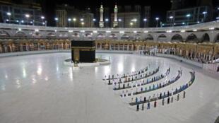 Varios fieles alrededor de la Kaaba, en La Meca, en Arabia Saudita, el 23 de junio de 2020