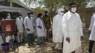 Une délégation menée par le ministre de la Santé malien Michel Sidibé lors d'une visite d'un centre pour les patients atteints du Covid-19 à Tombouctou, le 21 mai 2020.