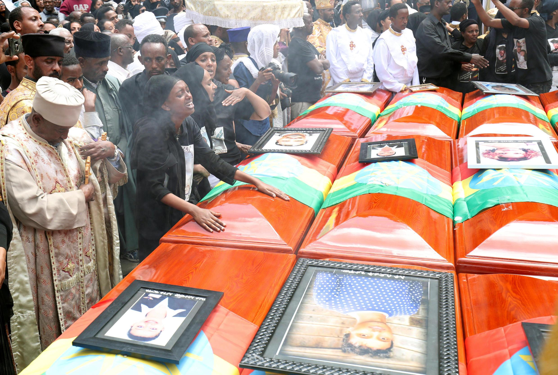 Cerimônia durante funeral coletivo das vítimas da catástrofe foi realizada na capital da Etiópia