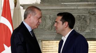Le président turc Recep Tayyip Erdogan (g) et le Premier ministre grec Alexis Tsipras, à Athènes, le 7 décembre 2017.