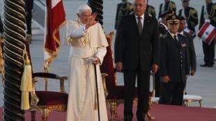 Le pape Benoit XVI à l'aéroport international de Beyrouth avec le président libanais Michel Suleiman, avant son départ, le 16 septembre 2012.