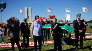 2020-05-21T171311Z_1869050349_RC25TG96Q3TQ_RTRMADP_3_HEALTH-CORONAVIRUS-BRAZIL-PROTEST