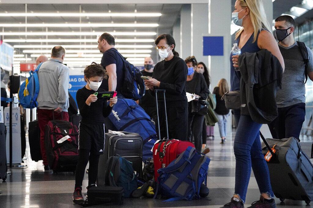 Estados Unidos planejam admitir viajantes totalmente vacinados, enquanto China restringe viagens.