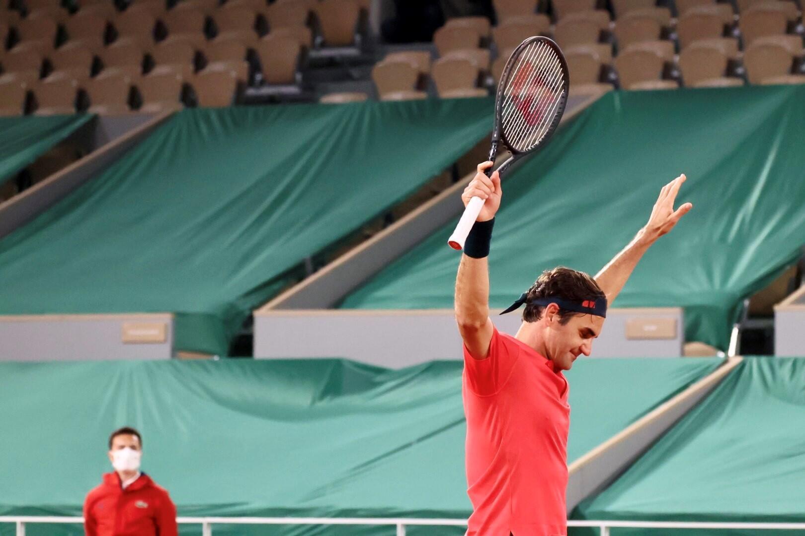 Roger Federer ergue os braço depois de afastar o alemão Dominik Koepfer na terceira ronda do Roland Garros em 3h35.