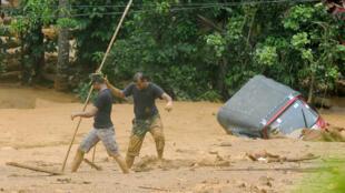 Des soldats sri-lankais sont à la recherche de survivants dans le village d'Aranayake, le 19 mai 2016.