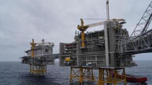 Foto de archivo tomada el 3 de diciembre de 2019, muestra dos plataformas, parte de las cinco construidas sobre el campo petrolífero de Johan Sverdrup, en el Mar del Norte a 140 kilómetros al oeste de la ciudad de Stavanger, Noruega.