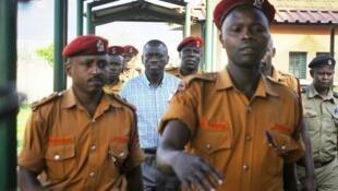 Askari wa Gereza la Luzira wakimlinda Kizza Besigye (Katikati)