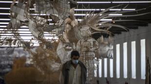 """Una persona visita la exposición """"Rapto"""" del artista chino Ai Weiwei en el centro de exposiciones Cordoaria Nacional de Lisboa el 3 de junio de 2021. Una estatua de corcho, un panel de 'azulejos' o un rollo de papel higiénico de mármol: el artista chino Ai Weiwei ofrece a Lisboa una inmersión en su universo a través de sus grandes clásicos, pero también de nuevas creaciones para rendir homenaje a Portugal, donde se afianzó justo antes de la pandemia de Covid-19"""
