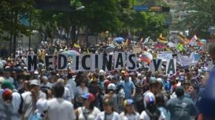Madaktari na wafanyakazi wa afya waandamana Mei 22, 2017 katika mji wa  Caracas.