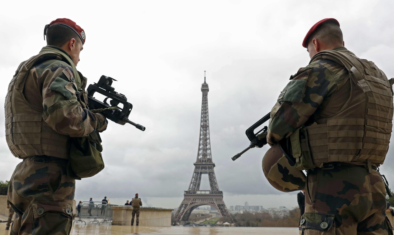 Militares patrullan cerca de la Torre Eiffel, en París, el pasado 30 de marzo de 2016.