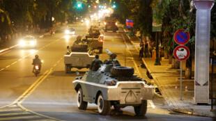 Cảnh xe thiết giáp của quân đội Cam Bốt băng qua Phnom Penh. Ảnh 11/08/2017.