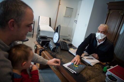Médicos usam máscaras no atendimento a pacientes na França