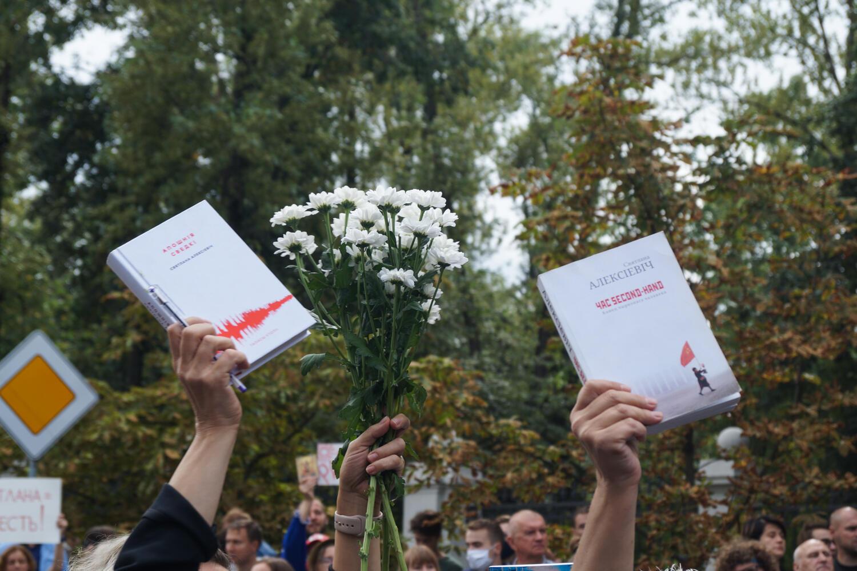 Акция у здания белорусского СК во время допроса Светланы Алексиевич. Минск, 26 августа 2020.