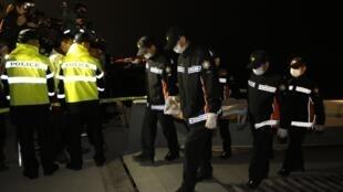 Corpo de uma das vítimas de naufrágio na Coreia do Sul é retirado do mar.