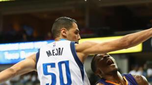 Salah Mejri, avec le maillot de Dallas Mavericks, défend face à Eric Bledsoe des Suns de Phenix lors d'un match de présaison, le 21 octobre 2015.