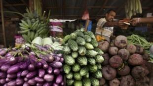 Quầy bán rau củ tại một ngôi chợ ở Colombo ngày 07/06/2013. Sri Lanka, thuộc vùng Nam Á, nơi tỷ lệ người bị đói vẫn rất cao.