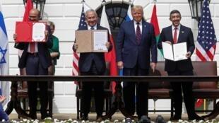 Les ministres bahreïni et émirati des Affaires étrangères avec Donald Trump et Benyamin Netanyahu à la Maison Blanche, le 15 septembre 2020.