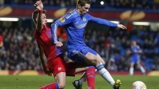 Cầu thủ Fernando Torres của đội Chelsea (phải) trong một pha tranh bóng với Lukasz Szukala, đội Steaua Bucharest trên sân Stamford Bridge, Luân Đôn ngày 14/03/2013.