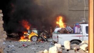 Carro em chamas em Ramadi, no Iraque, conquistada pelo grupo Estado Islâmico.