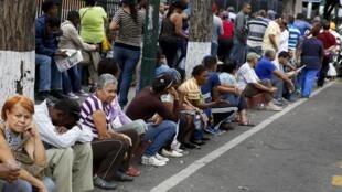 Xếp hàng mua nhu yếu phẩm, cơn ác mộng của người dân Venezuela.
