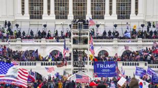 Manifestantes partidários de Trump tomam conta do Capitólio.