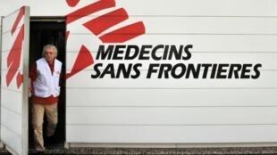Un hombre sale de un local de MSF, en Burdeos, el 13 de enero de 2010.