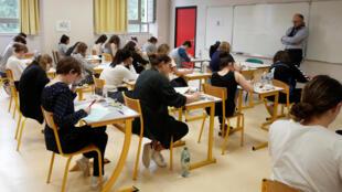 Dans un lycée en France.