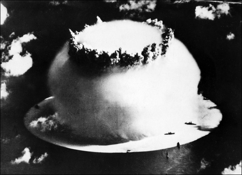 Tir d'une bombe nucléaire sur l'île de Bikini en 1946.