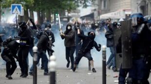 12月5日游行中黑衣人投掷自治燃烧弹