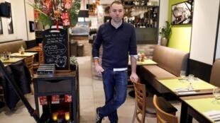 Một quán ăn vắng khách trong quận 13, Paris.