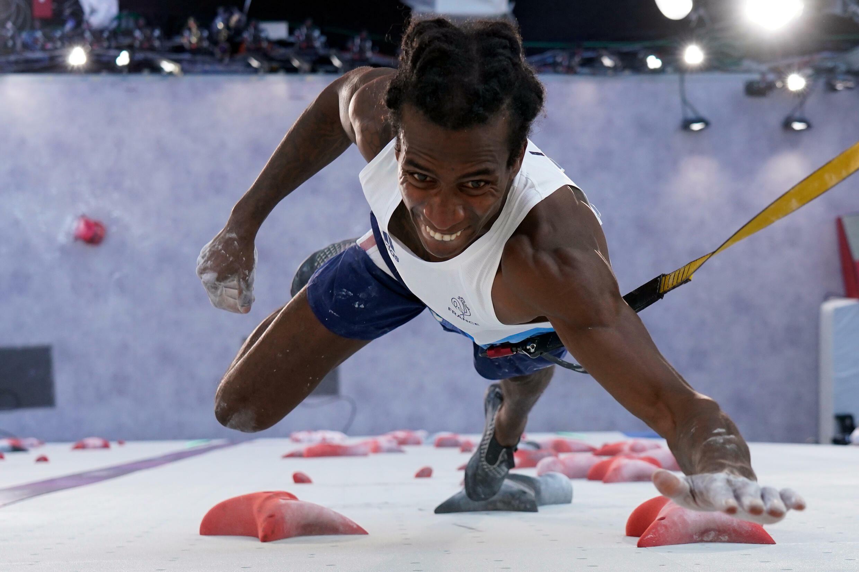 L'impressionnante montée d'une paroi pour le Français Mickael Mawem dans la toute nouvelle discipline olympique, l'escalade, à Tokyo, le 3 août 2021