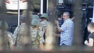 Une capture vidéo de la télévision d'Etat TRT montre des soldats se rendre à la police, à Istanbul le 16 juillet.