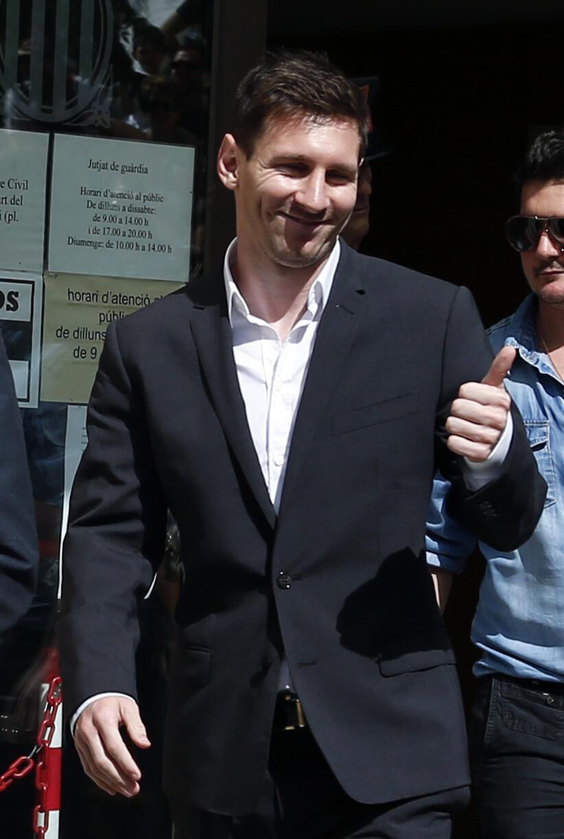 O jogador argentino Lionel Messi deixa tribunal onde compareceu por suspeita de fraude fiscal.
