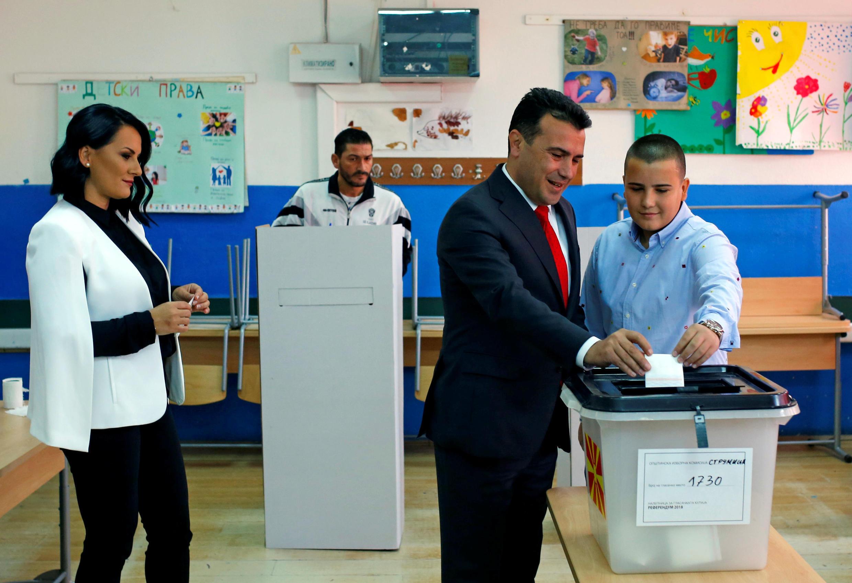 Thủ tướng Macedonia Zoran Zaev cùng vợ và con trai đến phòng bỏ phiếu, tại Strumica, ngày 30/09/2018