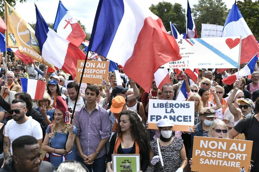 Protesters health pass France