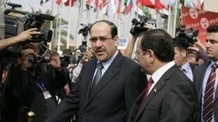 Le Premier ministre irakien Nouri al-Maliki (g), le jour de l'ouverture de la Foire internationale de Bagdad, le 1er novembre 2011.