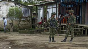Deux soldats colombiens en poste dans les rues du département du Choco, novembre 2014.