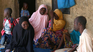 Foto de arquivo: famílias das meninas sequestradas em Dapchi, Nigéria, após ataque do Boko Haram, em 23 de fevereiro de 2018.