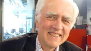 El Dr. Gérard Guasch en los estudios de RFI en París