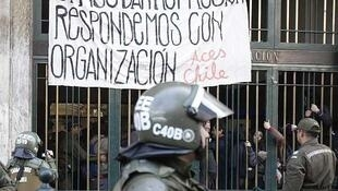 La policía rodea el edifio del ministerio de Educación invadido por estudiantes, el 25 de junio de 2013.