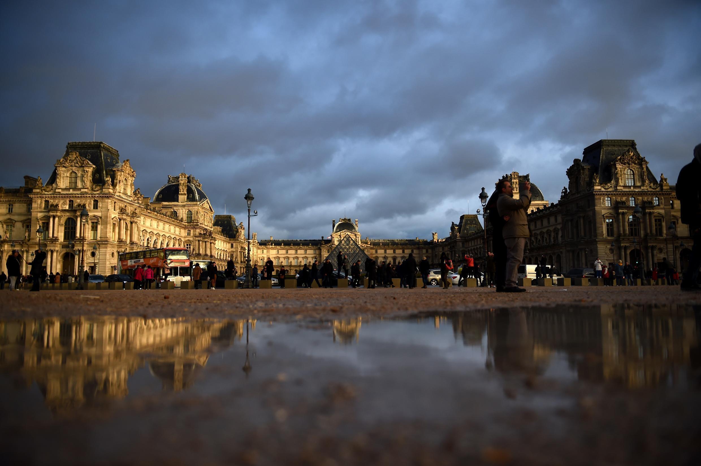 Bộ sưu tập thường trực của Louvre được trưng bày tại 3 khu vực khác nhau Richelieu, Denon và Sully