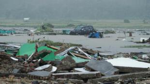 Estragos do tsunami que atingiu a 22 de dezembro as ilhas de Java e Sumatra na Indonésia.