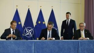 Chủ tịch Hội Đồng Châu Âu Donald Tusk (T) và tổng thư ký NATO Jens Stoltenberg (G) và chủ tịch Ủy ban Châu Âu Jean-Claude Juncker ký thỏa thuận hợp tác giữa hai khối.