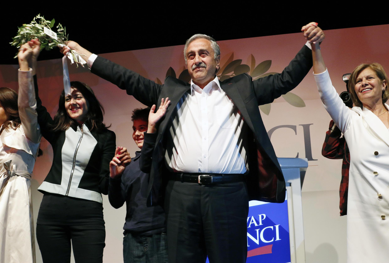 Mustafa Akinci, élu «président» de l'autoproclamée République turque de Chypre-Nord, célèbre sa victoire à Nicosie, le 26 avril 2015.