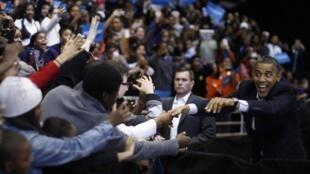 El presidente-candidato Barack Obama saluda a algunos partidarios en Cincinnati, estado de Ohio, el 4 de noviembre de 2012.
